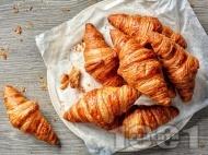 Рецепта Лесни солени кифлички от бутер тесто пълнени с кайма и пушен кашкавал за закуска